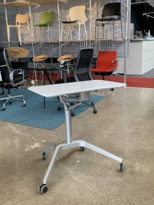 Sit-to-stand desk